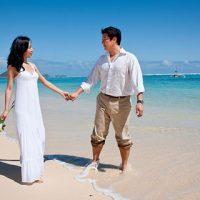 夫婦でハワイのビーチ