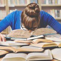 机に向かい勉強